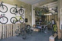 Механика работы в магазине велосипедов на заказ — стоковое фото