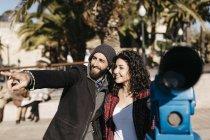 Paar erkunden Stadt — Stockfoto