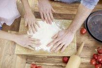 Par preparar vista de cerca levadura pasta de manos - foto de stock