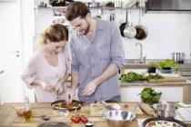 Casal de pizza na cozinha a preparar — Fotografia de Stock
