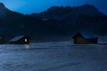 Austria, Tirol, Lermoos, granero en nieve por la noche - foto de stock