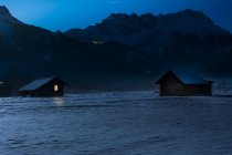 Тіроль, Австрія Лермос, сарай в сніг вночі — стокове фото