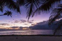 Сейшельские острова, остров Силуэт, пляж Anse Lascars, вечернее настроение над Маэ — стоковое фото