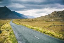 Ирландия, пустая проселочная дорога в Коннемаре — стоковое фото