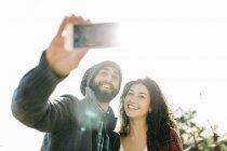 Paar Einnahme Selfie mit smartphone — Stockfoto