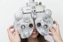Frau beim Augenarzt macht einen Sehtest — Stockfoto