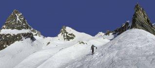 Sciatori di Italia, Grand St Bernard Pass, Mont Fourchon, escursionismo montagne coperte di neve — Foto stock