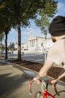 Молодой человек с гоночным велосипедом в Вене, здание парламента, доктор Карл-Реннер-Ринг — стоковое фото