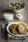 Teller mit Hafer Karotten Burger mit Salat und sauce — Stockfoto
