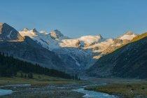 Вид на ледник Bernina и реки на рассвете, долину Розег, Швейцария — стоковое фото