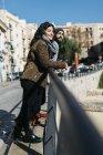 Couple debout dans la ville — Photo de stock
