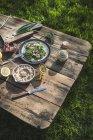Insalata verde con melograno, manna groppa e cipolla sulla tavola di legno — Foto stock