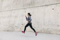 Sporty woman jogging — Stock Photo