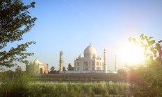 Індія, Уттар-Прадеш, Агра, Панорама Тадж Махал з гостьовий будинок ліворуч, річка Ямуна — стокове фото