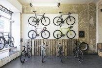 Ассортимент гоночных циклов в специализированном магазине велосипедов — стоковое фото
