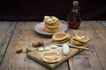 Млинці з волоські горіхи, Кленовий сироп і на пластини банана — стокове фото
