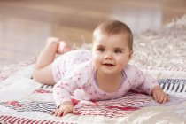 Bambino ragazza sdraiato su coperta — Foto stock