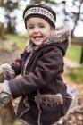 Ritratto di bambina felice in un parco giochi in autunno — Foto stock