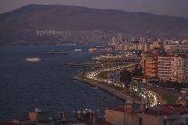 Paisaje urbano de Asansoer por la noche, Izmir, Turquía - foto de stock