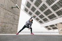 Jogger doing stretching exercise — Stock Photo