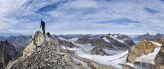 Greenland, Kulusuk, Mountaineers on summit in the Schweizerland Alps — Stock Photo