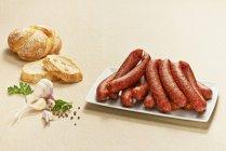 Bauernbratwurst, salsichas de porco, bratwurst-prima alemã, na placa — Fotografia de Stock