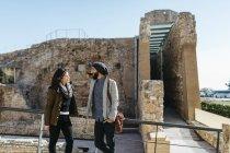 Coppie che stanno davanti alle rovine — Foto stock