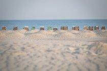 Германия, Warnemuende, пляж с шезлонгами с капюшоном — стоковое фото