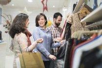 Щасливі друзів покупки в магазині моди — стокове фото