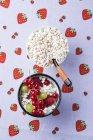 Yogurt con grano saraceno soffiato e frutta — Foto stock