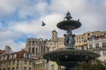 Portogallo, Lisbona, fontana e monastero di Igreja do Carmo sullo sfondo — Foto stock
