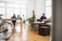 Duas pessoas de negócios criativos trabalhando no escritório informal — Fotografia de Stock