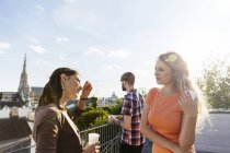 Österreich, Wien, junge Leute feiern auf Dachterrasse — Stockfoto