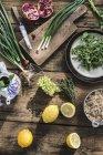 Vista superior de ingredientes diferentes ensalada en la mesa de madera - foto de stock