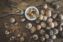 Вся і тріщинами волоські горіхи — стокове фото