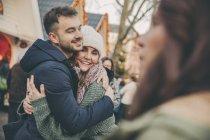 Чоловік і жінка, обіймати на Різдвяний ярмарок — стокове фото