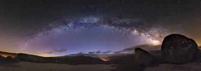 España, Ourense, plano nocturno con estrellas y vía láctea en invierno - foto de stock