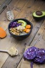 Bowl of quinoa with avocado and hummus — Stock Photo