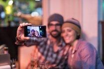 Paar nehmen Selfie in Bar — Stockfoto