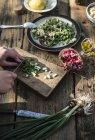 Cortada a exibição das mãos picar cebola para salada — Fotografia de Stock