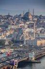 Turquía, Estambul, vista al puerto de Eminonu, puente de Gálata y nueva mezquita con tráfico en puente - foto de stock