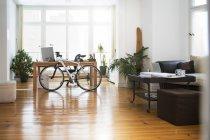 Intérieur d'un bureau informel moderne avec vélo — Photo de stock