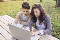 Dos jóvenes estudiantes con laptop en el Parque - foto de stock