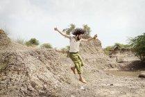 Mann, springen in der Natur — Stockfoto