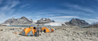 Greenland, Kulusuk, Mountaineers in tent camp at Schweizerland Alps — Stock Photo