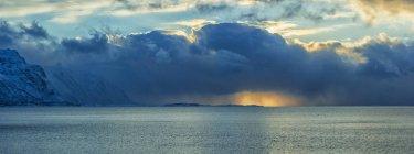 Norwegen, Lofoten, Sonnenuntergang am Meer im Winter, Panorama — Stockfoto