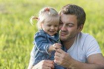 Отец с маленькой дочерью на лугу — стоковое фото