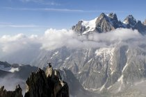 Франция, массив Экринса, Эгиль Нуар де Пётерей и Мон Пелвукс, аплодирующие альпинисту на вершине — стоковое фото