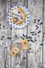 Waffeln mit Puderzucker und Blaubeeren auf Holz — Stockfoto