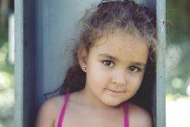 Portrait de petite fille aux yeux bruns — Photo de stock